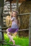 Πορτρέτο ενός ευτυχούς, χαριτωμένου μικρού κοριτσιού Στοκ Εικόνες