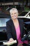 Πορτρέτο ενός ευτυχούς ώριμου θηλυκού ιδιοκτήτη του πλυσίματος αυτοκινήτων Στοκ φωτογραφία με δικαίωμα ελεύθερης χρήσης