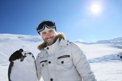 Πορτρέτο ενός ευτυχούς snowboarder στις κλίσεις Στοκ Εικόνες