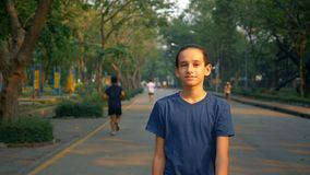 Πορτρέτο ενός εφήβου που περπατά με την ευχαρίστηση στη φύση σε ένα μεγάλο πάρκο στοκ εικόνα