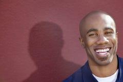 Πορτρέτο ενός εύθυμου ατόμου αφροαμερικάνων πέρα από το χρωματισμένο υπόβαθρο στοκ εικόνα με δικαίωμα ελεύθερης χρήσης