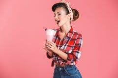 Πορτρέτο ενός εύθυμου καρφίτσα-επάνω κοριτσιού brunette στο πουκάμισο καρό Στοκ Φωτογραφία