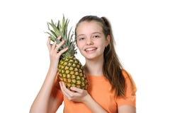 Πορτρέτο ενός εύθυμου κοριτσιού με έναν ανανά στα χέρια της Στοκ φωτογραφία με δικαίωμα ελεύθερης χρήσης
