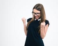 Πορτρέτο ενός εύθυμου νέου κοριτσιού που γιορτάζει την επιτυχία της Στοκ φωτογραφία με δικαίωμα ελεύθερης χρήσης