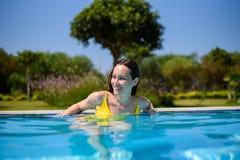 Πορτρέτο ενός εύθυμου χαμογελώντας κοριτσιού στη λίμνη ξενοδοχείων στις διακοπές Στοκ Εικόνες