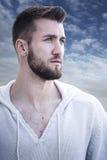 Πορτρέτο ενός ελκυστικού ατόμου με τη γενειάδα Στοκ Εικόνες