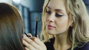 Πορτρέτο ενός ελκυστικού θηλυκού καλλιτέχνη makeup στην εργασία απόθεμα βίντεο