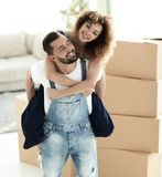 Πορτρέτο ενός ζεύγους ερωτευμένου σε ένα νέο κενό διαμέρισμα στοκ φωτογραφία με δικαίωμα ελεύθερης χρήσης