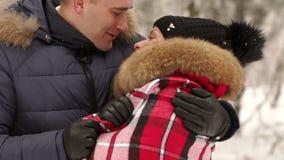 Πορτρέτο ενός ζεύγους ερωτευμένου στο χειμερινό δάσος απόθεμα βίντεο