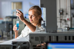 Πορτρέτο ενός θηλυκού ερευνητή που κάνει την έρευνα σε ένα εργαστήριο στοκ εικόνα