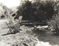 Πορτρέτο ενός θηλυκού καλλιτέχνη που χρωματίζει από τον ποταμό Στοκ Εικόνες