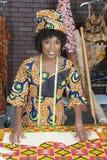 Πορτρέτο ενός θηλυκού σχεδιαστή μόδας αφροαμερικάνων με το ράψιμο του σχεδίου και του υφάσματος Στοκ Φωτογραφία