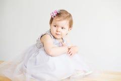 Πορτρέτο ενός καλού μικρού κοριτσιού που φορά το κομψό γκρίζο φόρεμα Στοκ Εικόνες