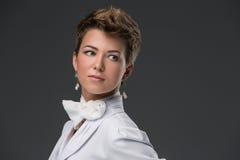Πορτρέτο ενός κομψού νέου γιατρού σε ένα λευκό Στοκ Φωτογραφία