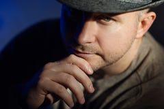 Πορτρέτο ενός κομψού νεαρού άνδρα στο καπέλο Στοκ φωτογραφίες με δικαίωμα ελεύθερης χρήσης