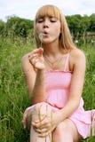 Πορτρέτο ενός κοριτσιού ενάντια σε μια εικονική παράσταση πόλης Στοκ Εικόνες