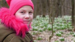Πορτρέτο ενός κοριτσιού εφήβων σε ένα φωτεινό ρόδινο καπέλο και ενός χακί-χρωματισμένου σακακιού με τη φωτεινή ρόδινη γούνα στο κ απόθεμα βίντεο