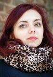 Πορτρέτο ενός κοριτσιού με ένα μαντίλι λεοπαρδάλεων γύρω από το λαιμό της στοκ φωτογραφία με δικαίωμα ελεύθερης χρήσης