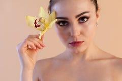 Πορτρέτο ενός κοριτσιού με μια φροντίδα δέρματος λουλουδιών Orchid Spa στοκ φωτογραφία με δικαίωμα ελεύθερης χρήσης