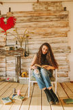 Πορτρέτο ενός κοριτσιού με τη μακριά, σγουρή, φυσική τρίχα Ανάγνωση κοριτσιών Στοκ Φωτογραφίες