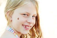 Πορτρέτο ενός κοριτσιού με τη σγουρή τρίχα και λίγο ladybug Στοκ φωτογραφία με δικαίωμα ελεύθερης χρήσης