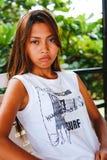 Πορτρέτο ενός κοριτσιού με τη σοβαρή έκφραση προσώπου Στοκ Φωτογραφίες