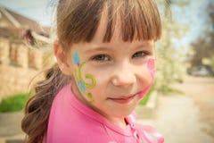 Πορτρέτο ενός κοριτσιού με το χρωματισμένο πρόσωπο Στοκ φωτογραφίες με δικαίωμα ελεύθερης χρήσης