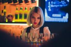 Πορτρέτο ενός κοριτσιού σε έναν φραγμό νύχτας, πίσω από το μετρητή στοκ εικόνα με δικαίωμα ελεύθερης χρήσης