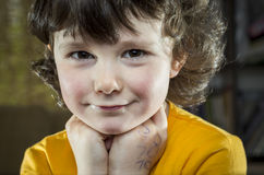 Πορτρέτο ενός κοριτσιού στη βιβλιοθήκη Στοκ Εικόνες