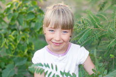 Πορτρέτο ενός κοριτσιού στη φύση Στοκ Εικόνες