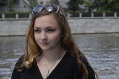 πορτρέτο ενός κοριτσιού στον ποταμό της Μόσχας Στοκ φωτογραφία με δικαίωμα ελεύθερης χρήσης