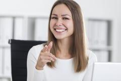 Πορτρέτο ενός κοριτσιού στο λευκό που δείχνει σε σας Στοκ φωτογραφία με δικαίωμα ελεύθερης χρήσης