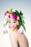 Πορτρέτο ενός κοριτσιού στο στεφάνι των λουλουδιών Στοκ Εικόνες