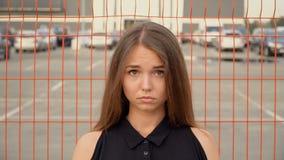 Πορτρέτο ενός κοριτσιού στο υπόβαθρο του πλέγματος απόθεμα βίντεο