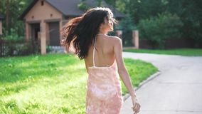 Πορτρέτο ενός κοριτσιού στο φόρεμα βραδιού Μια νέα γυναίκα περπατά απρόσεκτα κατά μήκος της οδού απόθεμα βίντεο