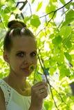 Πορτρέτο ενός κοριτσιού υπαίθρια με την πικραλίδα στοκ εικόνα
