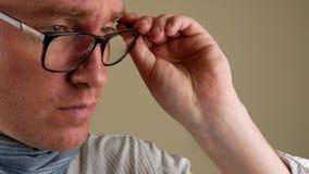 Πορτρέτο ενός λυπημένου σοβαρού ατόμου closeup Ένα κενό διάστημα για το σημάδι απόθεμα βίντεο