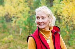 Πορτρέτο ενός μέσου γυναικών ηλικίας υπαίθρια Στοκ Εικόνες