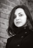 Πορτρέτο ενός μακρυμάλλους κοριτσιού σε ένα παλτό Στοκ φωτογραφίες με δικαίωμα ελεύθερης χρήσης
