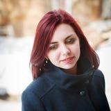 Πορτρέτο ενός μακρυμάλλους κοριτσιού σε ένα παλτό Στοκ Εικόνες