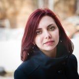 Πορτρέτο ενός μακρυμάλλους κοριτσιού σε ένα παλτό Στοκ εικόνα με δικαίωμα ελεύθερης χρήσης