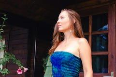 Πορτρέτο ενός μαυρισμένου όμορφου και προκλητικού κοριτσιού Στοκ φωτογραφία με δικαίωμα ελεύθερης χρήσης