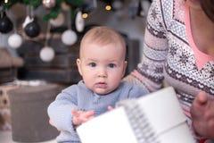 Πορτρέτο ενός μικρού αγοριού με ένα δώρο νέο έτος στοκ εικόνες