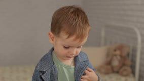 Πορτρέτο ενός μικρού αγοριού στο γραφείο γιατρών ` s φιλμ μικρού μήκους