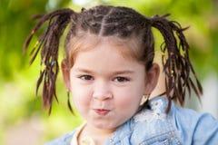 Πορτρέτο ενός μικρού κοριτσιού με τα σκοτεινά μάτια, κούρεμα υπό μορφή Στοκ Φωτογραφίες