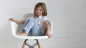 Πορτρέτο ενός μικρού κοριτσιού με τις διαφορετικές συγκινήσεις απόθεμα βίντεο