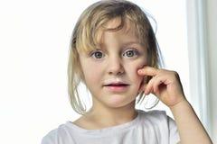 Πορτρέτο ενός μικρού κοριτσιού με το γάλα moustaches Στοκ Φωτογραφία