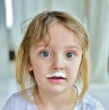 Πορτρέτο ενός μικρού κοριτσιού με το γάλα moustaches Στοκ φωτογραφία με δικαίωμα ελεύθερης χρήσης