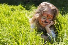 Πορτρέτο ενός μικρού κοριτσιού με το aqua τιγρών makeup Εννοιολογικό πορτρέτο η τίγρη στηρίζεται Στοκ φωτογραφίες με δικαίωμα ελεύθερης χρήσης