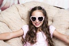 Πορτρέτο ενός μικρού κοριτσιού στα ρόδινα γυαλιά ηλίου Στοκ Φωτογραφίες